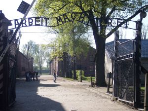 https://commons.wikimedia.org/wiki/File:Entrance_Auschwitz_I.jpg
